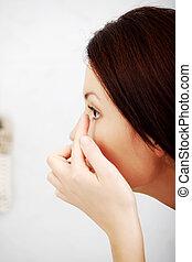 mulher jovem, pôr, lente contato