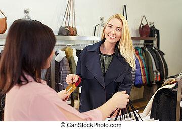 mulher jovem, pagar, por, cartão crédito