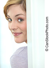 mulher jovem, peeking, redondo, um, porta