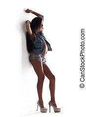 mulher jovem, posar, calças brim, excitado