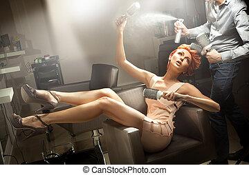 mulher jovem, posar, sala, cabeleireiras