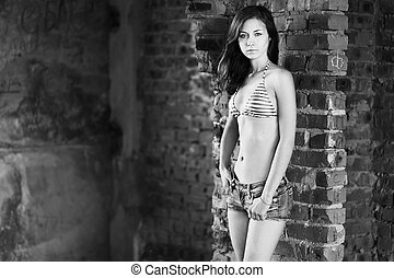 mulher jovem, posar, sobre, edifício velho