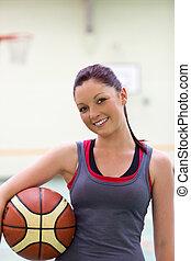 mulher jovem, prática, basquetebol