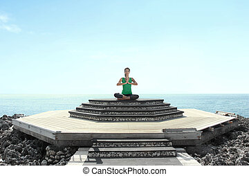 mulher jovem, praia, fazendo, meditação