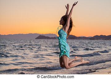 mulher jovem, pular, praia