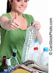 mulher jovem, reciclagem, frascos plásticos