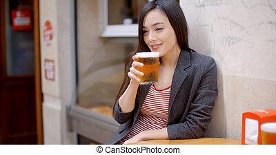 mulher jovem, relaxante, desfrutando, um, cerveja