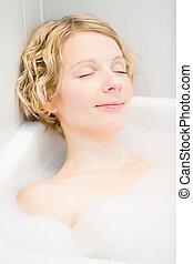 mulher jovem, relaxante, em, a, banho