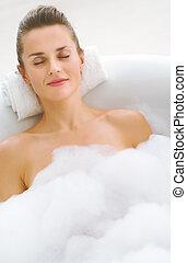 mulher jovem, relaxante, em, banheira
