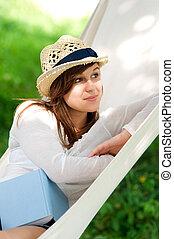 mulher jovem, relaxante, em, um, rede