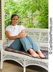 mulher jovem, relaxante, ligado, a, alpendre, 6