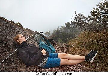 mulher jovem, relaxante, ligado, um, montanha