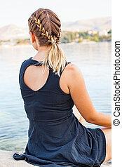 mulher jovem, relaxante, por, a, litoral, em, croácia