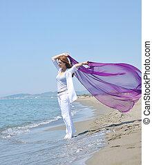 mulher jovem, relaxe, ligado, praia