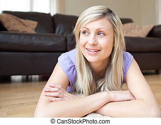 mulher, jovem, retrato, chão, sorrindo, mentindo
