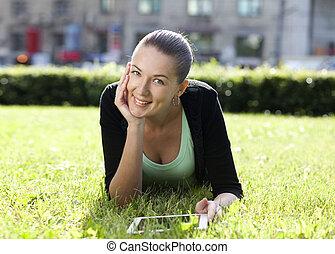 mulher, jovem, retrato, mentindo, gramado verde