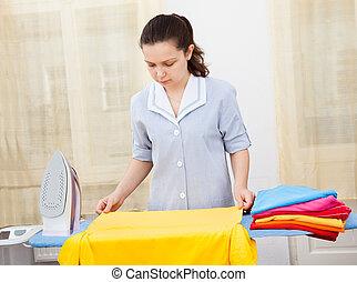 mulher jovem, roupas passando ferro