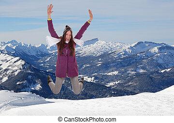 mulher jovem, saltando alegria, e, felicidade, em, montanhas