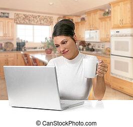 mulher jovem, segurando café, enquanto, trabalhar, dela, computador laptop
