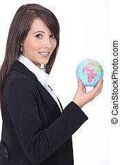 mulher jovem, segurando, globo