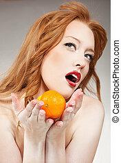 mulher jovem, segurando, laranja, um, limão
