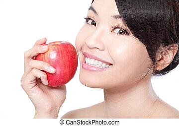 mulher jovem, segurando, um, fresco, maduro, maçã