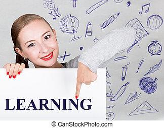 mulher jovem, segurando, whiteboard, com, escrita, word:, learning., tecnologia, internet, negócio, e, marketing.