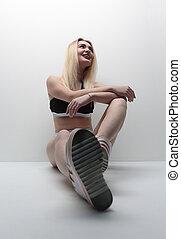 mulher, jovem, sentando, chão, esportes, swimsuit