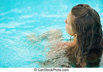 mulher jovem, sentando, em, piscina, ., vista traseira