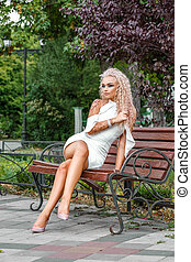 mulher, jovem, shortinho, loura, vestido branco