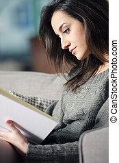 mulher, jovem, sofá, livro, retrato, mentindo