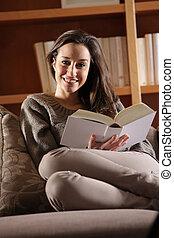mulher, jovem, sofá, livro, retrato, mentindo, feliz