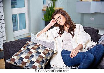 mulher, jovem, sofá, sentando