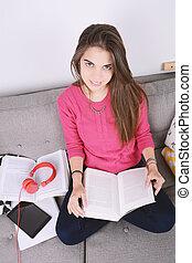 mulher jovem, studying.