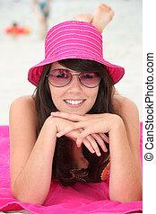 mulher jovem, sunbathing