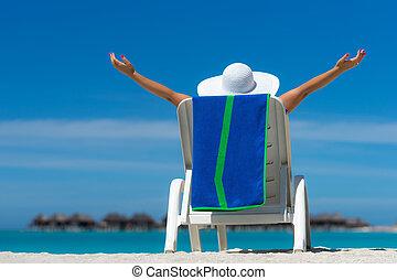 mulher jovem, sunbathing, ligado, lounger, em, praia...