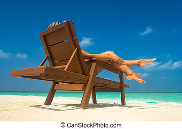 mulher jovem, sunbathing, ligado, lounger., legs.