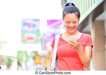 mulher, jovem, telefone, asiático, usando, esperto