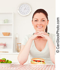 mulher jovem, tendo almoço