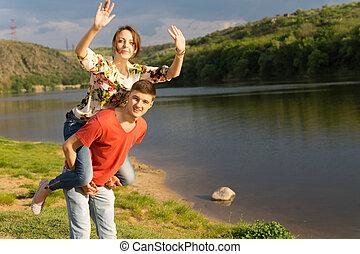 mulher jovem, tendo, um, divertimento, passeio traseiro piggy