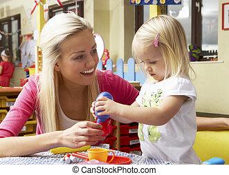 mulher jovem, tocando, com, menina
