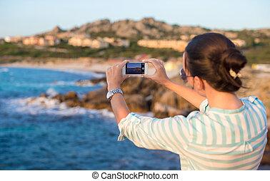 mulher jovem, tome um quadro, telefone, durante, férias praia