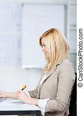mulher jovem, trabalhar, escrivaninha escritório