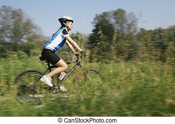 mulher jovem, treinamento, ligado, bicicleta montanha, e,...