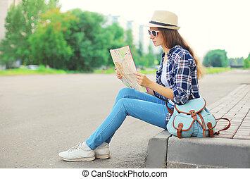 mulher jovem, turista, sightseeing, cidade, com, papel, mapa