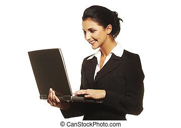 mulher jovem, usando computador portátil, branco, fundo