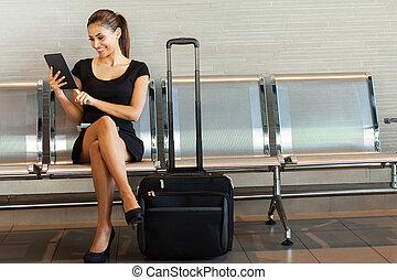 mulher jovem, usando, tabuleta, computador, em, aeroporto