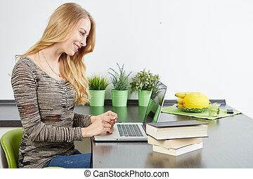 mulher jovem, usando, tabuleta, computador