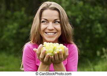 mulher, jovem, uvas