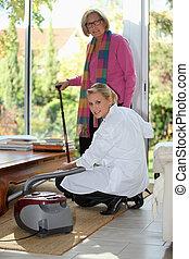mulher jovem, vacuuming, para, um, idoso, senhora